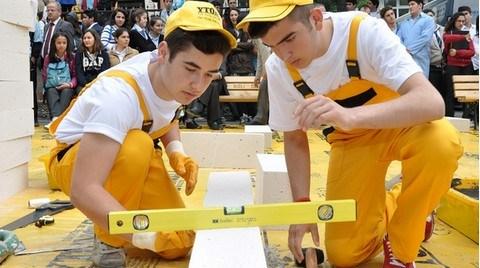 Liseliler Duvar Örmek için Yarıştı