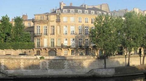 Paris'te 373 Yıllık Konakta Yangın Çıktı