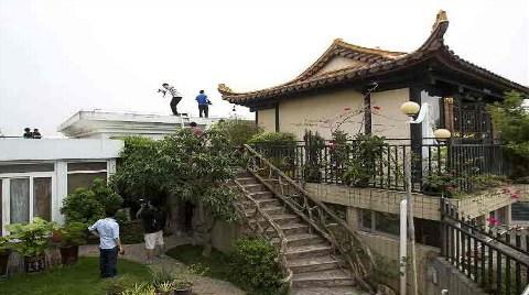 Binanın Tepesine Kaçak Tapınak Çıktılar!