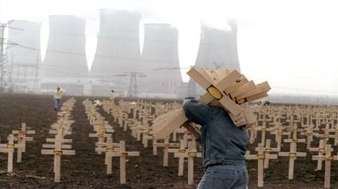Doğu Nükleere Yüklenirken Batı Çekiliyor