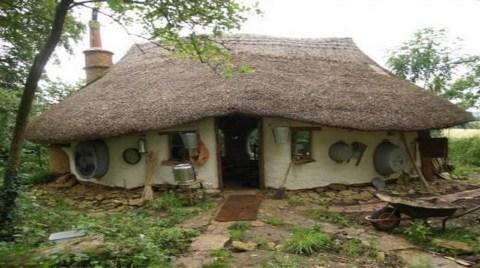 Çöpten Ev Yaptı, Kira Karşılığında Süt Alıyor!