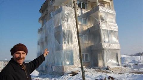 Sibirya Soğuklarına Karşı Binasını Naylonla Kapladı!