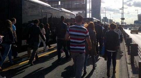 Metrobüs Bozuldu, Yolcular Yürüdü