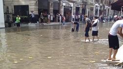 Şiddetli Yağış İstiklal Caddesi'ni 'Göl'e Döndürdü