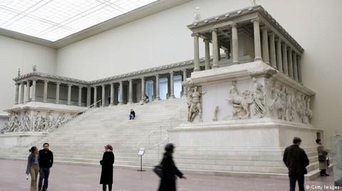 Bergama Zeus Sunağı 5 Yıl Ziyaret Edilemeyecek