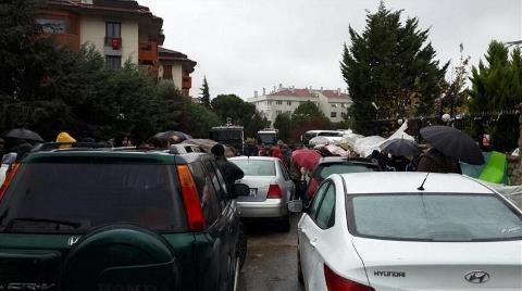 Validebağ'da Arabalarla Barikat Kuruluyor