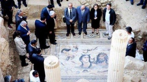 Tarihi Mozaikleri Üstüne Basarak Tanıttı!