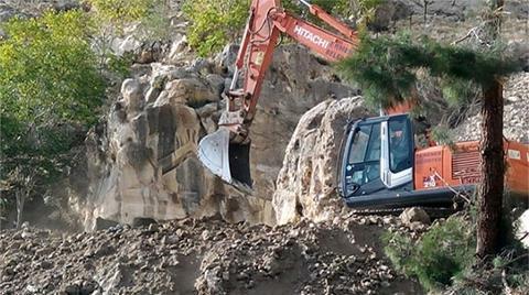 Kaya Mezarlarına İş Makinesi ile Daldılar!