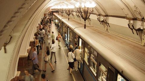 Moskova Metrosunda E-Kitap Keyfi