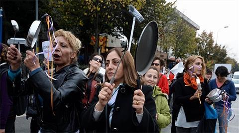 Kadınlardan Validebağ'da Süpürgeli Yürüyüş