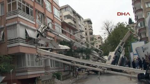İstanbul'da Bir Binanın Üzerine İnşaat Makinesi Devrildi