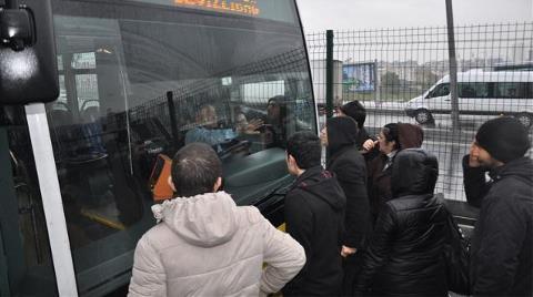 Metrobüs Durağında Eylem