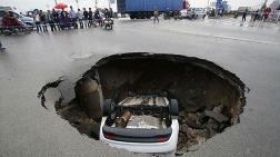 Yolda Açılan Çukur Arabayı İşte Böyle Yuttu!