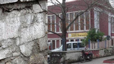 Sıva Döküldü, Osmanlı Mezar Taşları Çıktı