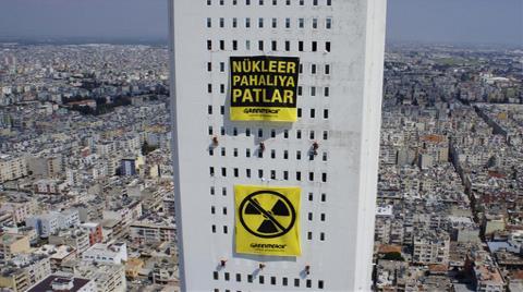 En Yüksek Binadaki Afiş: Nükleer Pahalıya Patlar
