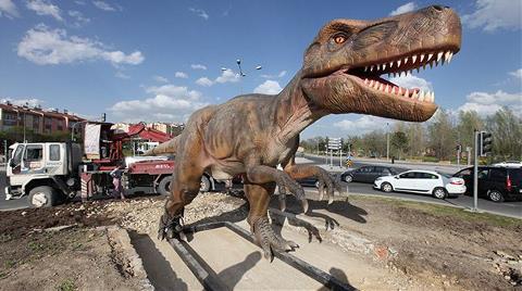 Robot Gitti, Dinozor Geldi