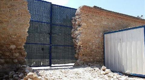 Tarihi Duvarı Yıktılar, Kapı Yaptılar
