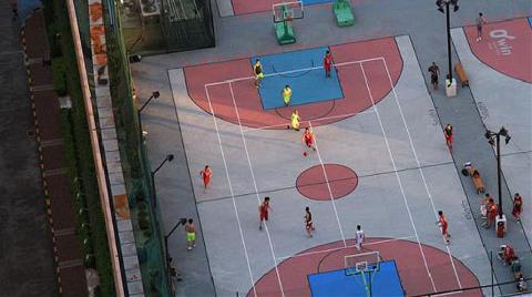 Terası Basketbol Sahası Yaptılar