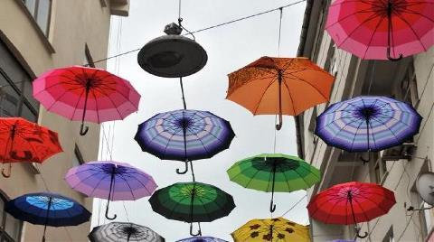Rize'de Sokağa Şemsiyeli Süsleme