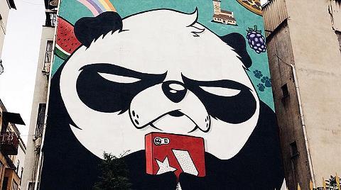 İstanbul Sokaklarını 'Kızgın Pandalar'la Süslüyor