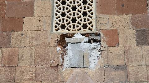 Tarihi Caminin Duvarındaki Taşı Söktüler