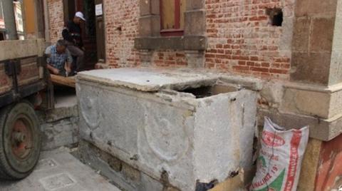 Restorasyon Sırasında Caminin Şadırvanından Lahit Çıktı