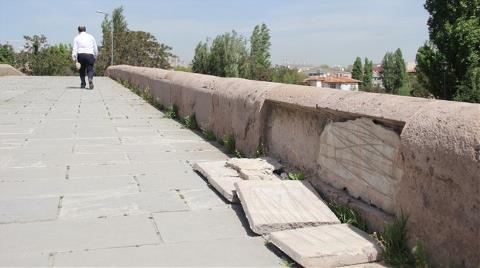Tarihi Köprüde Tahribat Büyüyor