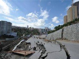Başkent'te Yol Çöktü