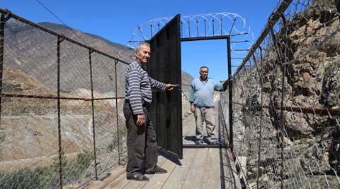 Asma Köprüye Demir Kapı Yaptırdılar