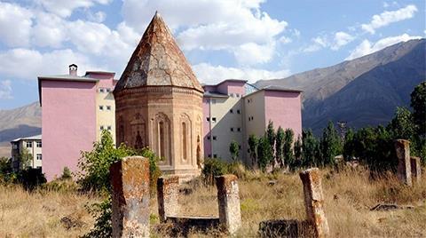 700 Yıllık Kümbetin Silüetini Bozan Yurt Yıkılmadı