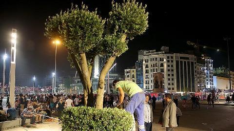 Taksim Meydanı'na Ağaç Dikildi