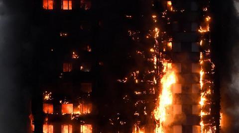 Londra'da Yanan 27 Katlı Bina Her An Çökebilir!