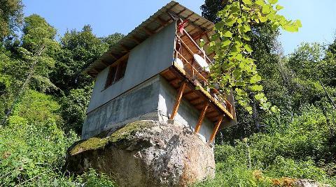 16 Metrekarelik Kaya Üzerine Ev Yaptı