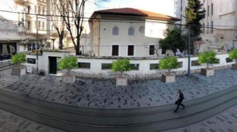 İstiklal Caddesi'ne Beton Üstünde Ağaç