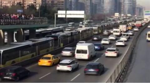 İstanbullulara Metrobüs Şoku; Metrelerce Kuyruk Oluştu