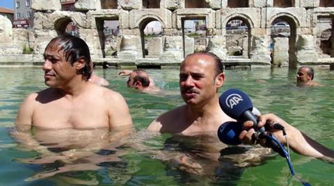 2 Bin Yıllık Hamamın Tanıtımı İçin Vali Havuzda Yüzdü