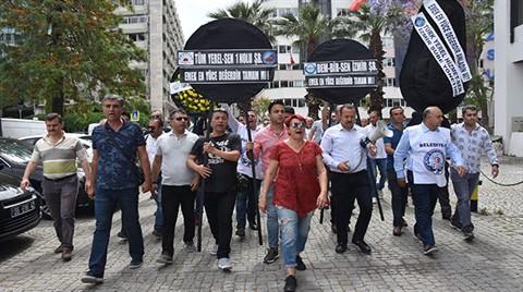Memurlar, Büyükşehir Belediyesi'ne Siyah Çelenk Bıraktı