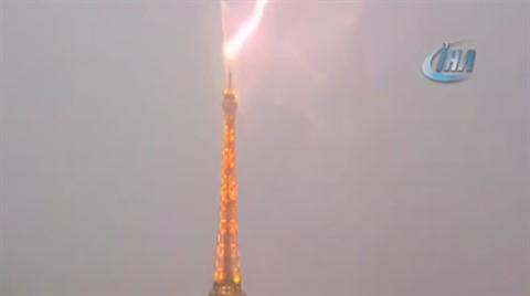 Eyfel Kulesi'ne Düşen Yıldıırm Şehri Aydınlattı