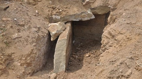 Yol Çalışmasında Bin 800 Yıllık Taş Sandık Bulundu