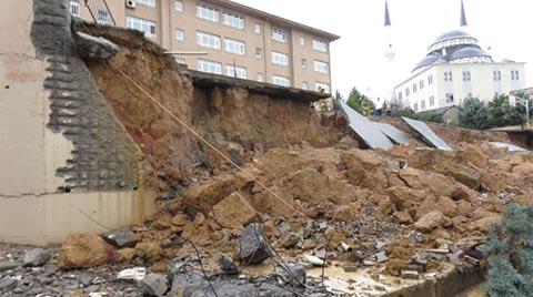 Sancaktepe'de Bir Okulun İstinat Duvarı Çöktü