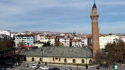 Tarihi Ulu Cami'nin Minaresi Yapılışından Eğri