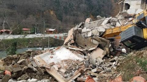 Trabzon'da Bina Kepçenin Üzerine Yıkıldı