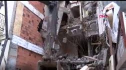 Yıkım Çalışması Yapan İş Makinesi Binaya Zarar Verdi