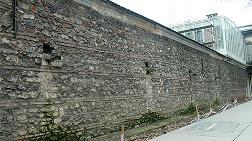 Dolmabahçe Sarayı'nın Duvarından Taşlar Dökülüyor