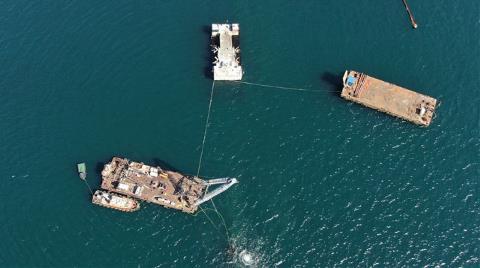 Yarı Batık Geminin Sökümü İçin Deniz Üzerine Vinç Kuruldu