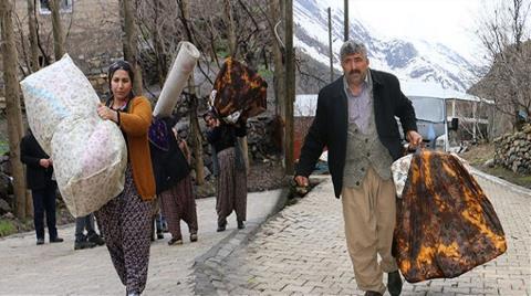 Köylüler Heyelan Korkusu Nedeniyle Evlerini Boşaltıyor