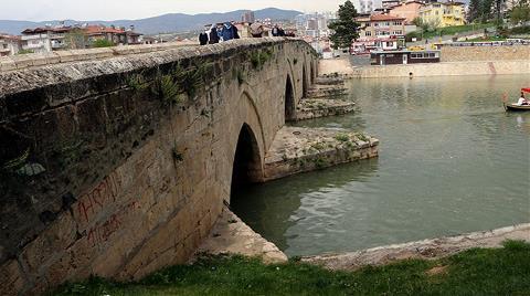 Tarihi Köprüdeki Sprey Boyalı Yazılar Tepki Çekti