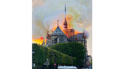 Paris'in Simgesi Notre Dame Katedrali'nde Yangın