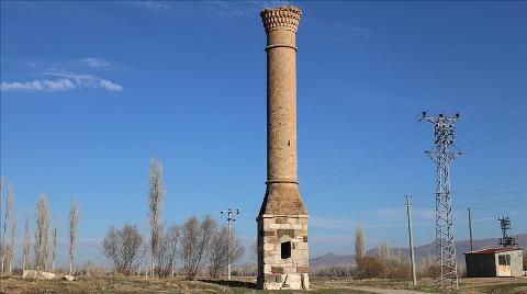 Tarlaların Ortasında Bir Tarihi Minare