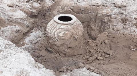 Tarlasını Sürerken 2 Bin Yıllık Pitos Buldu